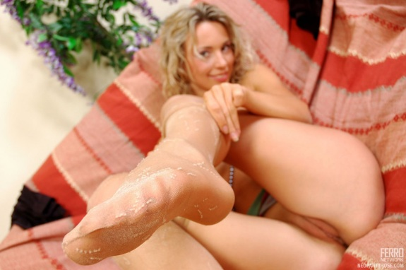 Curly-Chick-In-Pantyhose-03
