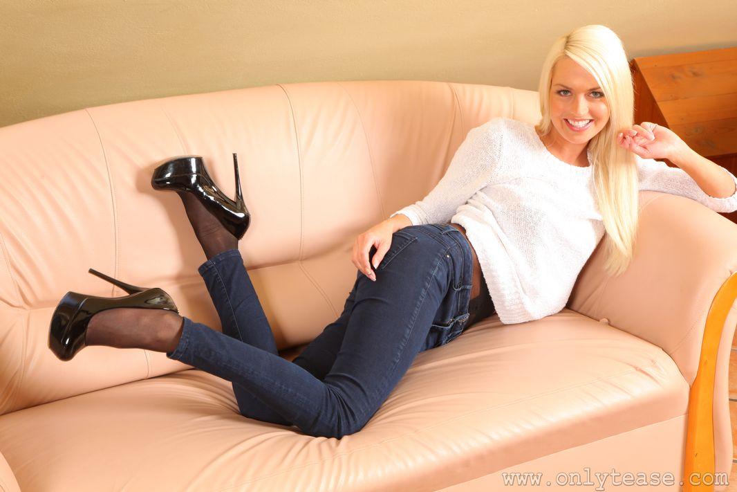 фото в чулках блондинка